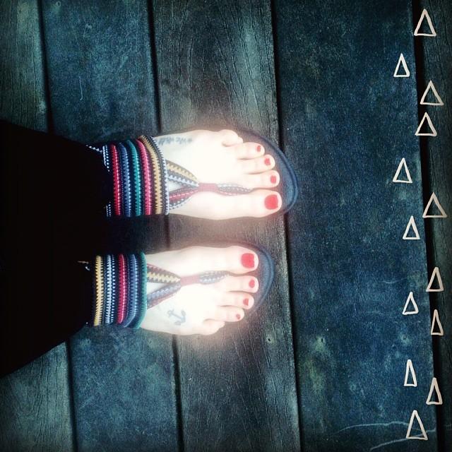 sanuk sandal feet